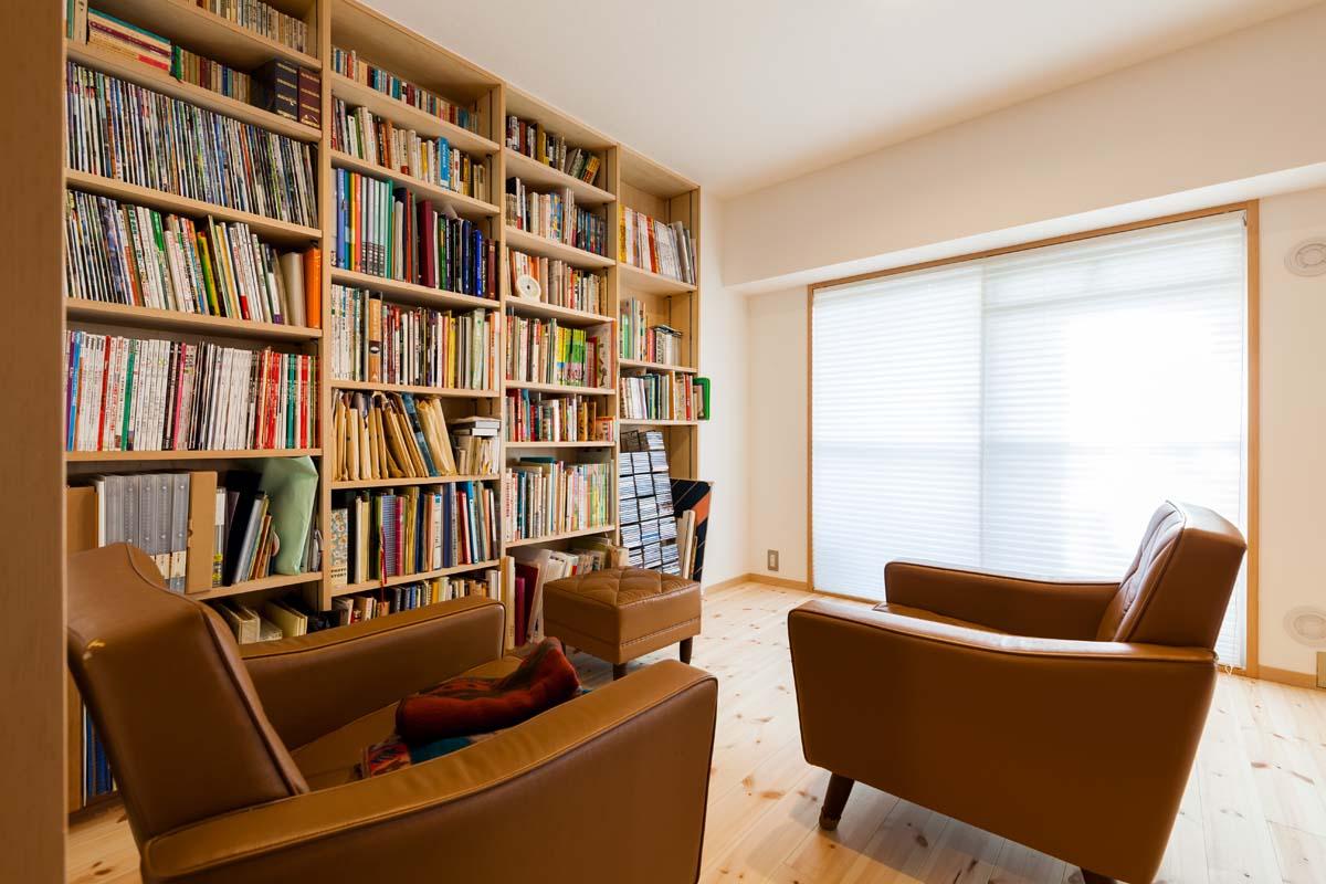 壁いっぱい日本が詰まった図書室のある家