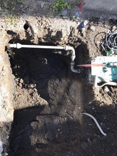 道路すれすれの水道管
