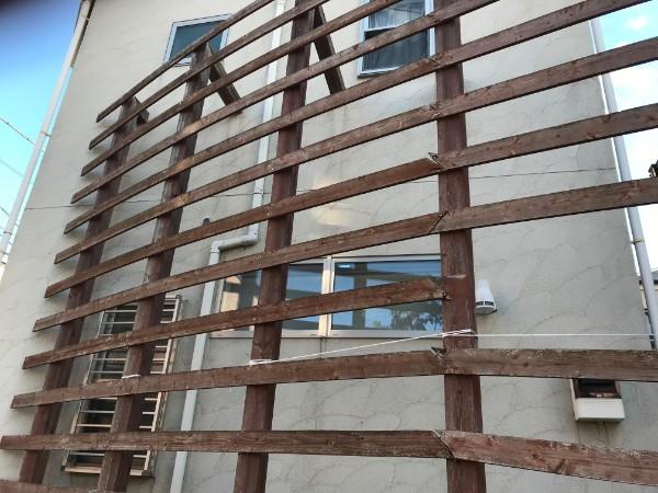 壊れた木製の柵